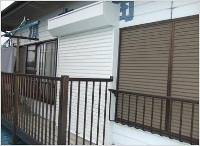 久喜市金物屋さん2階窓に軽量手動シャッター設置いたしました。